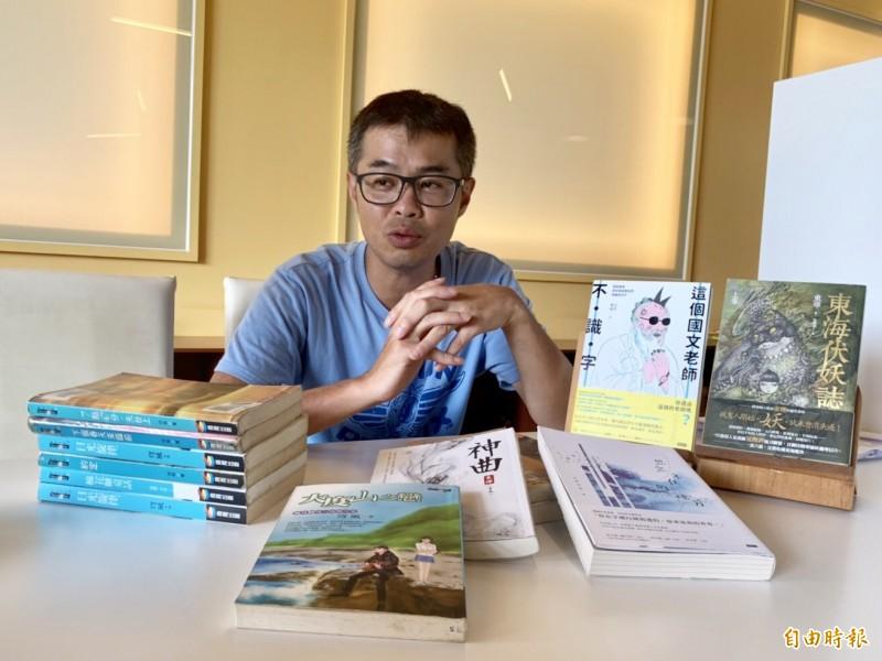 游騰崴至今已經出版40多本著作,都是暢銷書。(記者李容萍攝)