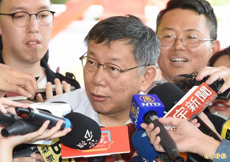 台北市長柯文哲笑看韓國瑜爬樹行為。(記者廖振輝攝)