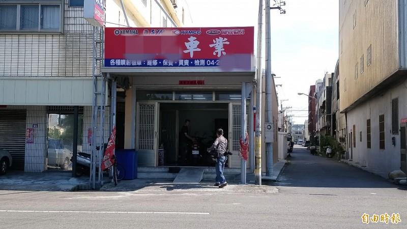 台中市梧棲區一間機車行24日中午發生16歲女兒疑因不滿管教,持西瓜刀砍傷媽媽案件。(記者張軒哲攝)