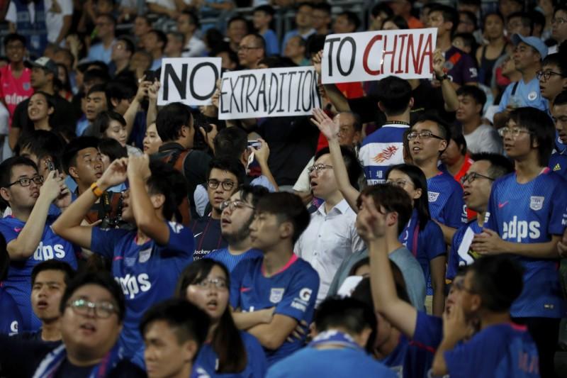 球迷舉起「反送中」標語,並高唱象徵革命意義的知名歌曲《你有聽見人民的聲音嗎》(Do You Hear the People Sing)。(美聯社)