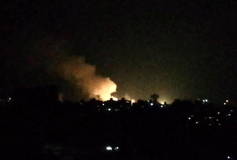 敘利亞南部地區疑似遭飛彈以色列飛彈攻擊,傷亡人數不明。照片是7月1日以色列空襲敘首都大馬士革附近的軍事據點。(法新社)