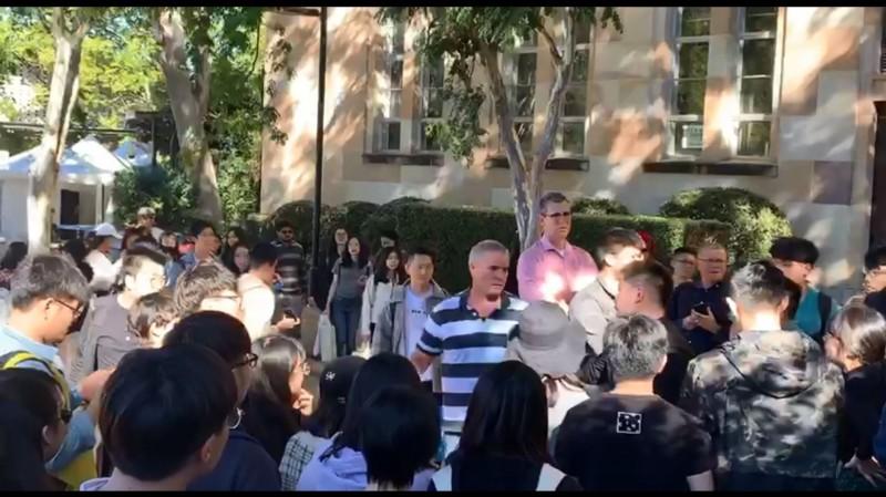 澳洲昆士蘭大學今爆發中、港學生衝突,校方人員和警方介入調解。(圖擷自澳港聯分享之影片)
