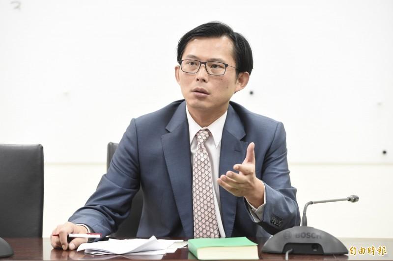 時代力量立委黃國昌今日就國安局官員私菸案,再指派出的5部運送香菸貨車不是國安局、而是總統府的。(記者叢昌瑾攝)