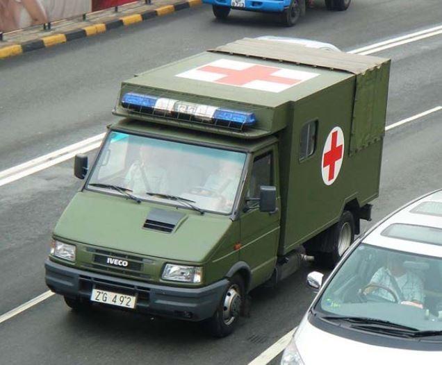 香港民眾發現,解放軍香港駐軍除了有軍用救護車,也有外型極像民用救護車的軍車。(圖擷取自hkitalk)