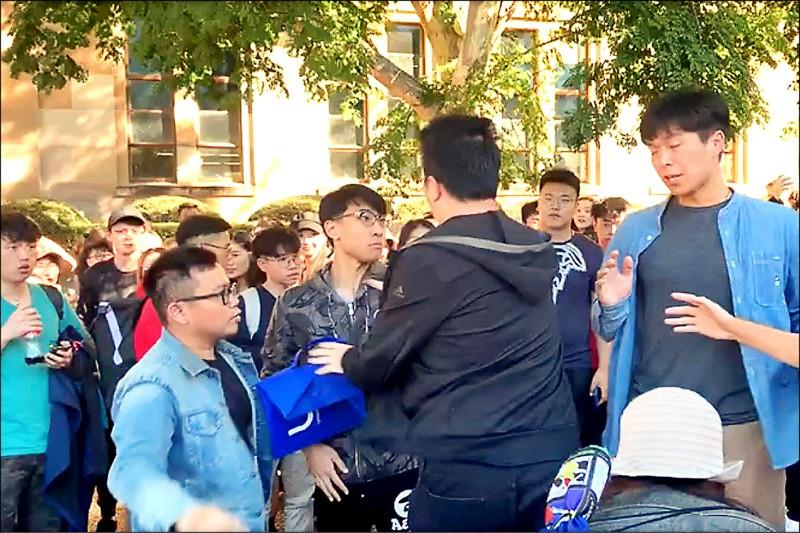 香港反送中運動二十四日延燒到澳洲昆士蘭大學,香港學生在校內舉行反送中集會,遭中國學生包圍,雙方爆發肢體衝突。(取自網路)