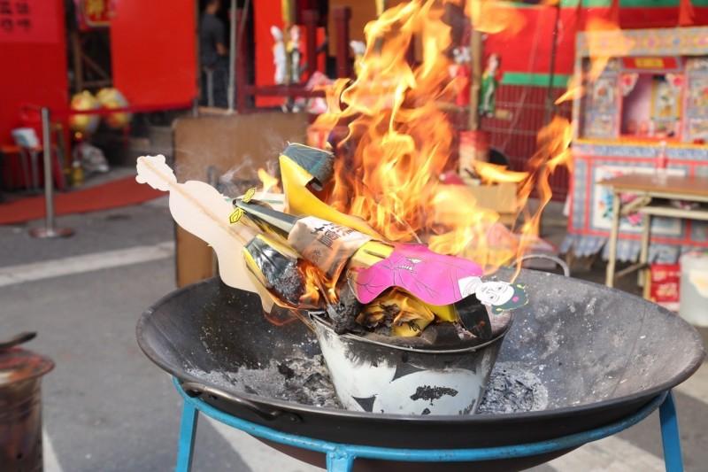 東林福德廟焚燒紙人時,出現「金龍顯像」。(記者洪臣宏翻攝)