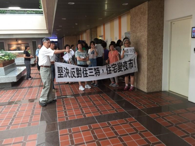 都委會專案小組審師大商圈就地合法案,居民到場掛布條抗議。(圖:都發局提供)