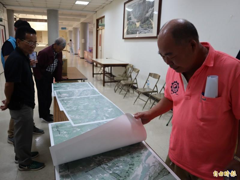 東豐快速道路二階環評說明會豐原場,民眾在會場仔細看路線圖。(記者歐素美攝)