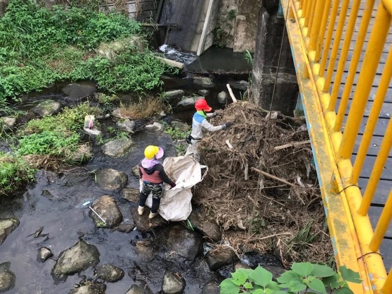 嘉義市環保局去年清理轄內排水、河川流域垃圾。(嘉義市環保局提供)