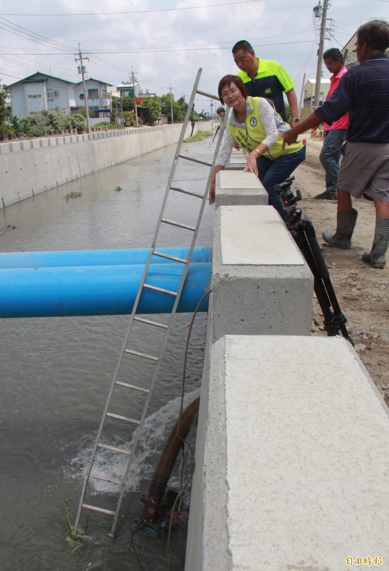 舊社排水第一期改善工程正在施工,影響區域灌溉用水,縣府緊急增設抽水機於水道下方抽水應急。(記者陳冠備攝)