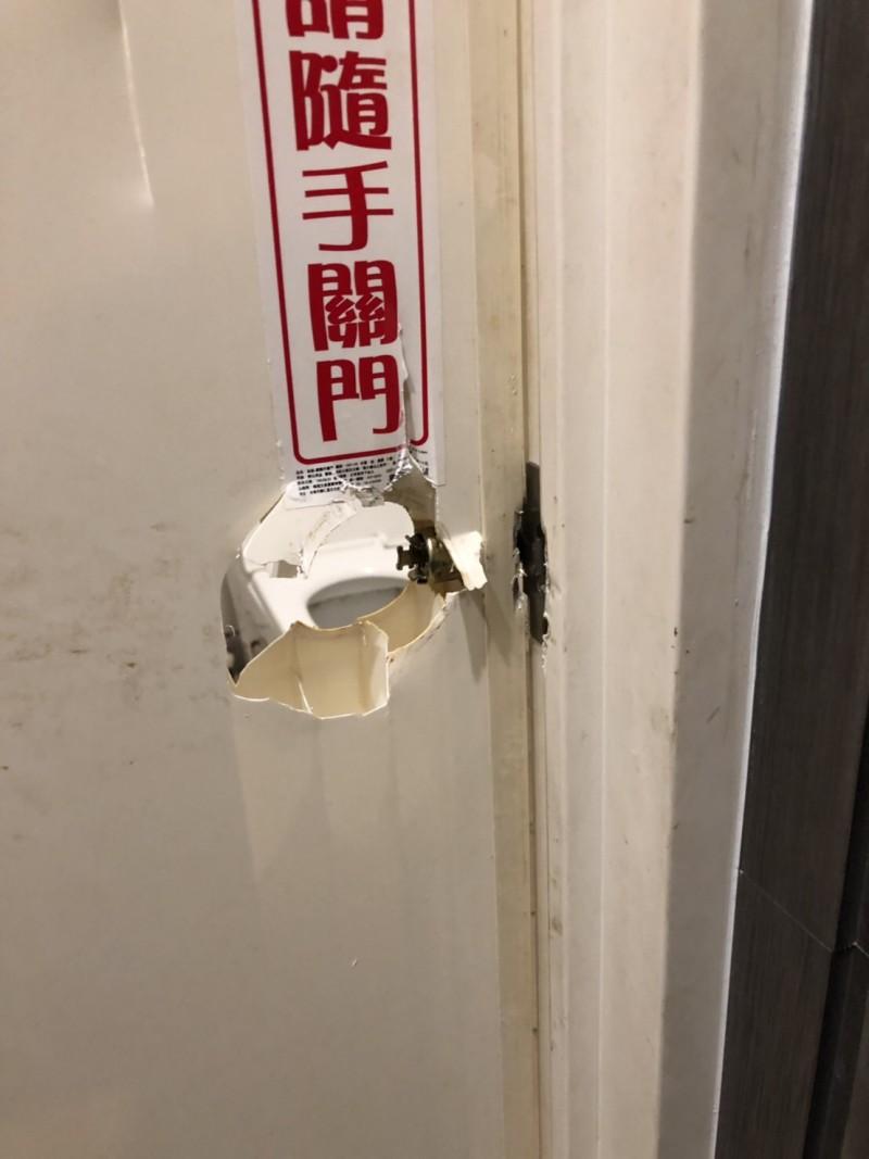 被男客破壞的女廁門鎖。(民眾提供)