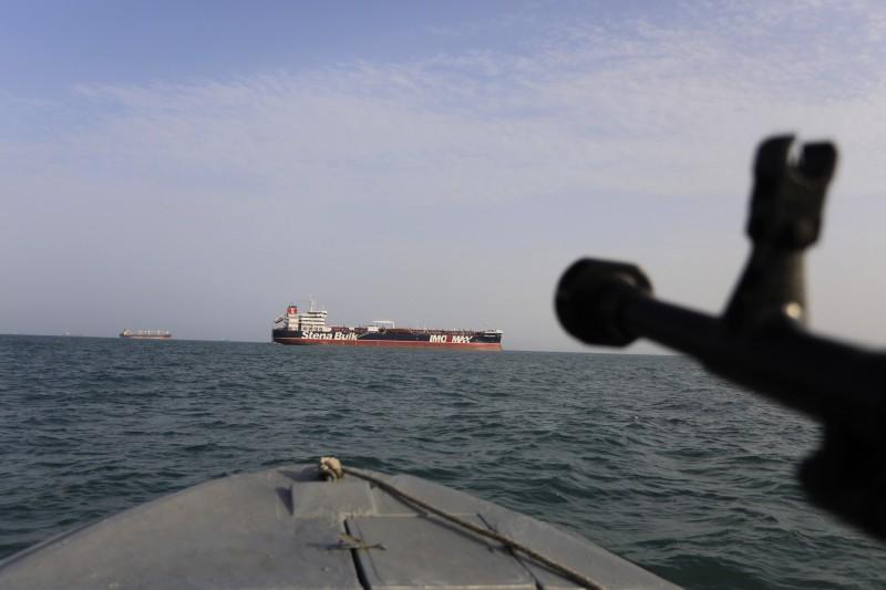 21日公佈的畫面顯示伊朗伊斯蘭革命衛隊快艇武器對著英國「史丹納帝國號」油輪。(美聯社)