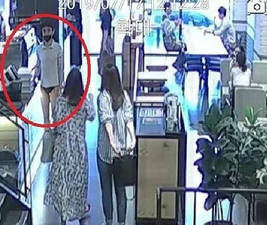 7月出沒在南韓忠州市一家咖啡廳的年輕「丁字褲男」(被畫紅圈者),兩名女性顧客正朝他迎面走來。(取自網路)