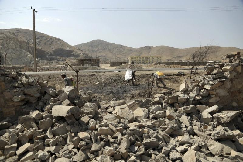 阿富汗首都喀布爾發生連環爆炸事件,至少有5人死亡10人受傷。圖為爆炸後民眾在收集殘骸。(美聯社)