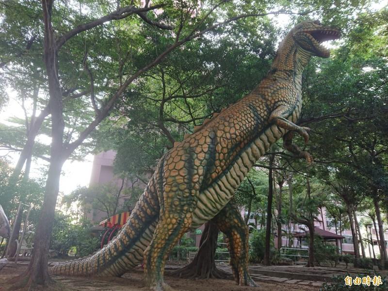 台南1座社區公園有巨大恐龍造景,宛如「侏羅紀公園」。(記者洪瑞琴攝)