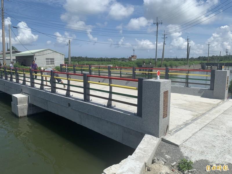 嘉邑行善團在東石鄉施作的仁鼓橋落成通車。(記者林宜樟攝)