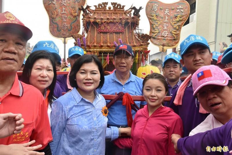 前鴻海集團總裁爭取國民黨黨內總統初選時,5月參加六房媽過爐。(記者鄭旭凱攝)