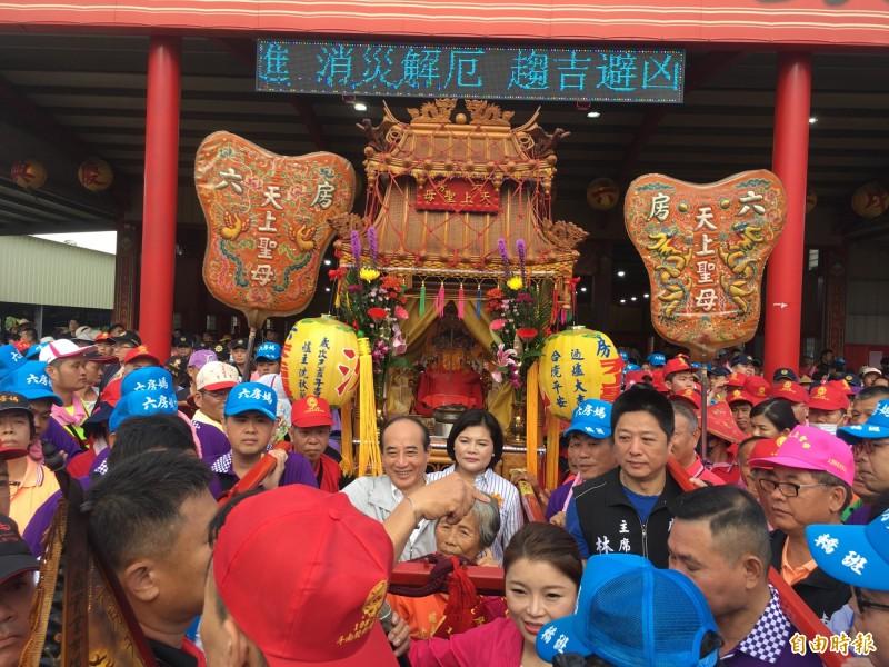 前立法院長王金平5月也參加六房媽過爐。(記者黃淑莉攝)