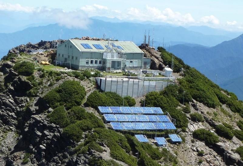 位在玉山北峰的玉山氣象站,設置了全台最高基地台,要強化玉山園區山區通訊品質,提升通訊與救災時效。(取自中央氣象局網站)