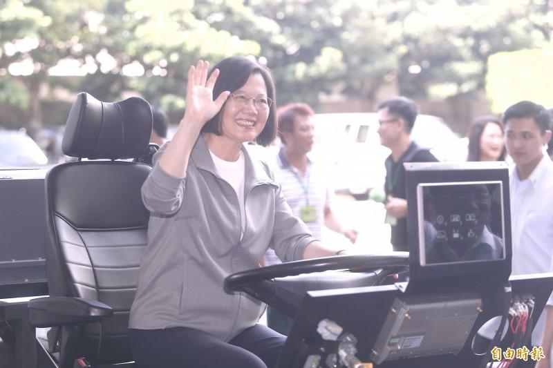 總統蔡英文今天下午率團南下台中參訪車王電子公司,體驗車王研發的電動巴士。(記者廖耀東攝)