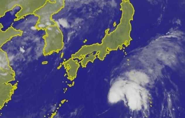 日本南方海面熱帶性低氣壓恐成今年第6號颱風「百合」。(圖擷取自中央氣象局)