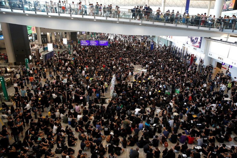 香港國際機場今(26)日下午陸續有約2500人聚集,向各國旅客宣傳「反送中」理念以及相關新聞。(路透)