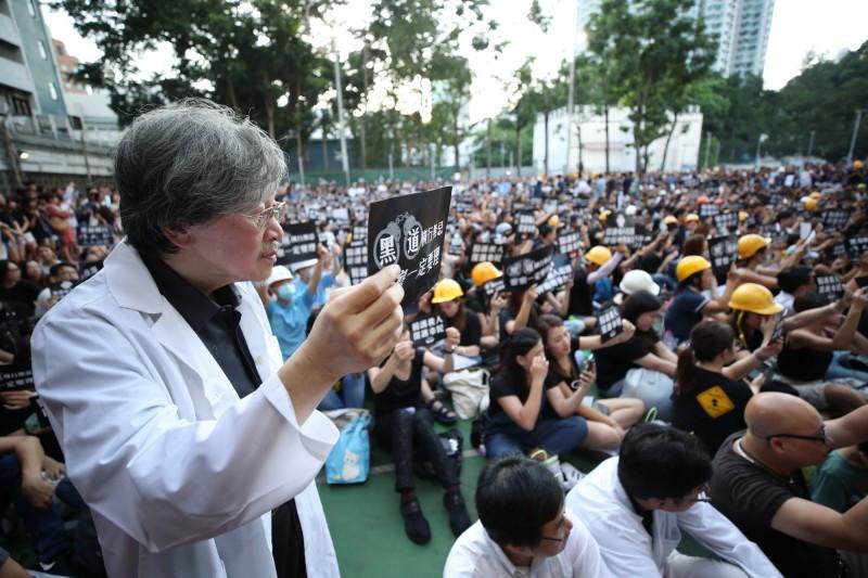 香港醫護界今(26)日發起集會,聲援元朗事件遭受暴力對待的民眾。(歐新社)