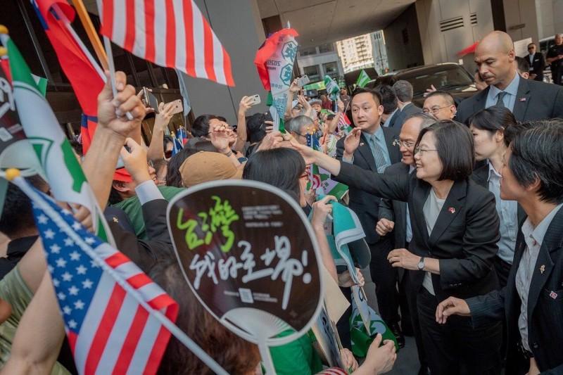 外交官劉仕傑說,蔡總統這次過境美國丹佛是隱藏亮點,下一次或甚至以後的歷任台灣總統,就能爭取去美國其他城市,甚至是美國首都華盛頓。(圖擷取自蔡英文臉書)