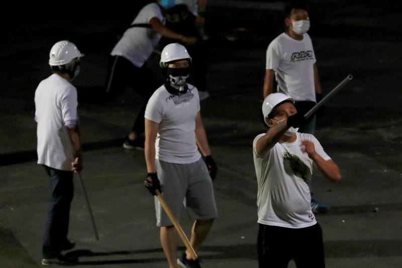 香港元朗21日深夜,有大量身穿白衣的黑社會人士攻擊反送中抗議民眾,造成45傷1命危。(路透)