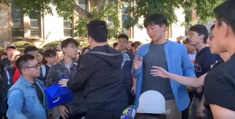 中國與香港留學生24日在昆士蘭大學校園內爆發肢體衝突。(擷取自YouTube)