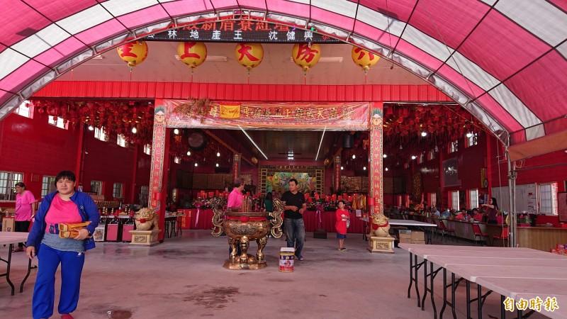 台北市長柯文哲週日將到雲林六房媽新厝寮紅壇參拜,已有宣傳車在街頭大放送。(記者廖淑玲攝)