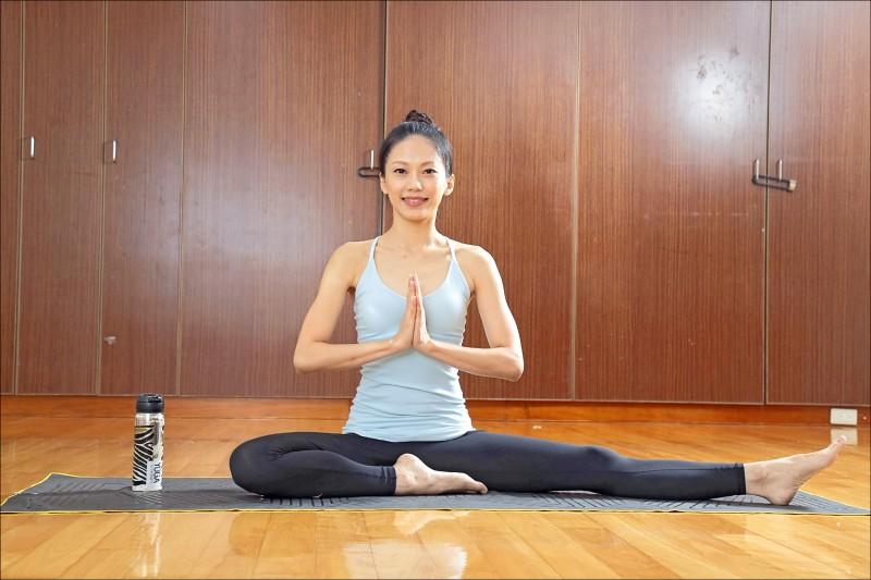 瑜伽老師王旭亞教你簡單又有效的瑜伽體式,一起跟著老師動一動,雕塑肌肉線條、迎接夏日!(記者陳宇睿/攝影)