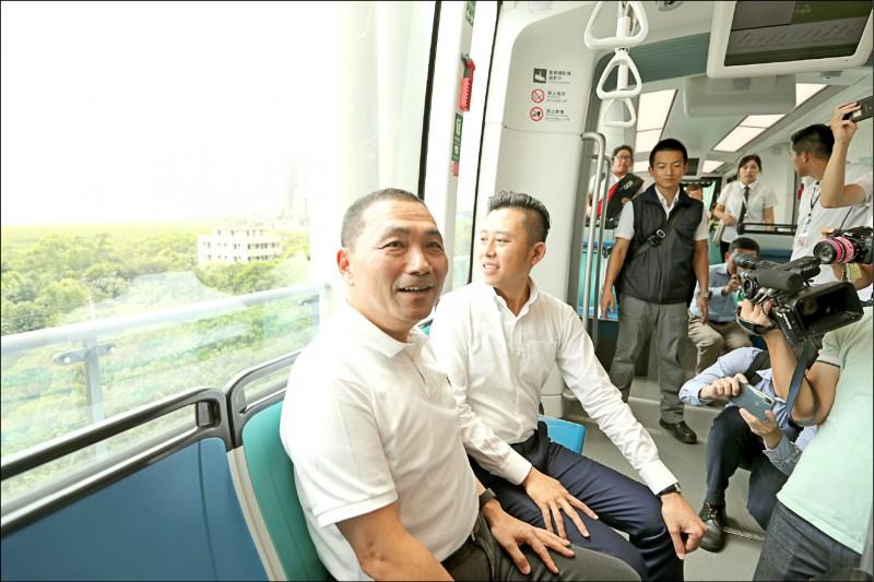 新竹市長林智堅率市府團隊參訪淡海輕軌,由新北市長侯友宜陪同介紹規畫與營運細節。(新竹市政府提供)