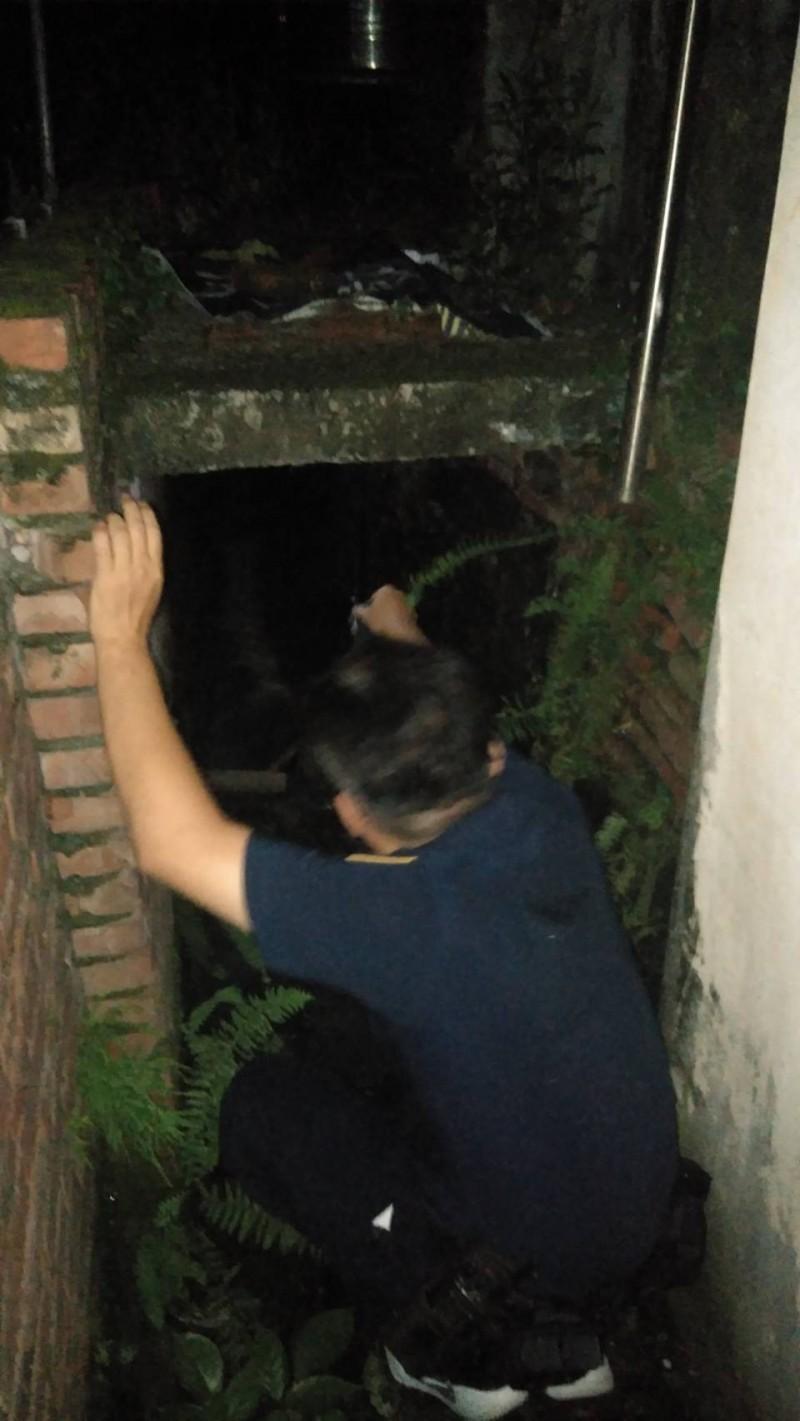 警方在水溝涵洞發現老婦。(記者洪定宏翻攝)