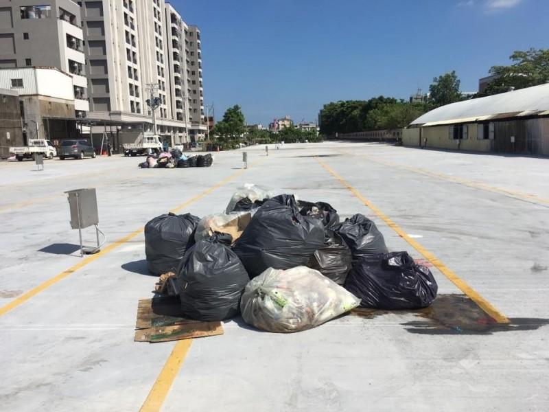 夜市於25日營業結束後的垃圾,放在空地2天,經高溫曝曬,已發酸發臭,臭味四溢。(圖由縣議員曾玟學提供)