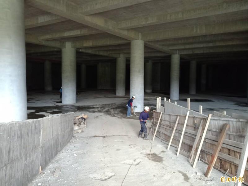 地下室滯洪池工人趕工中。(記者蔡清華攝)