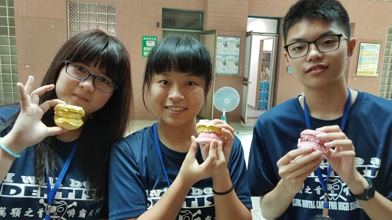 高中牙醫培育營,許多學生印模一次就成功。(基隆市牙醫師公會提供)