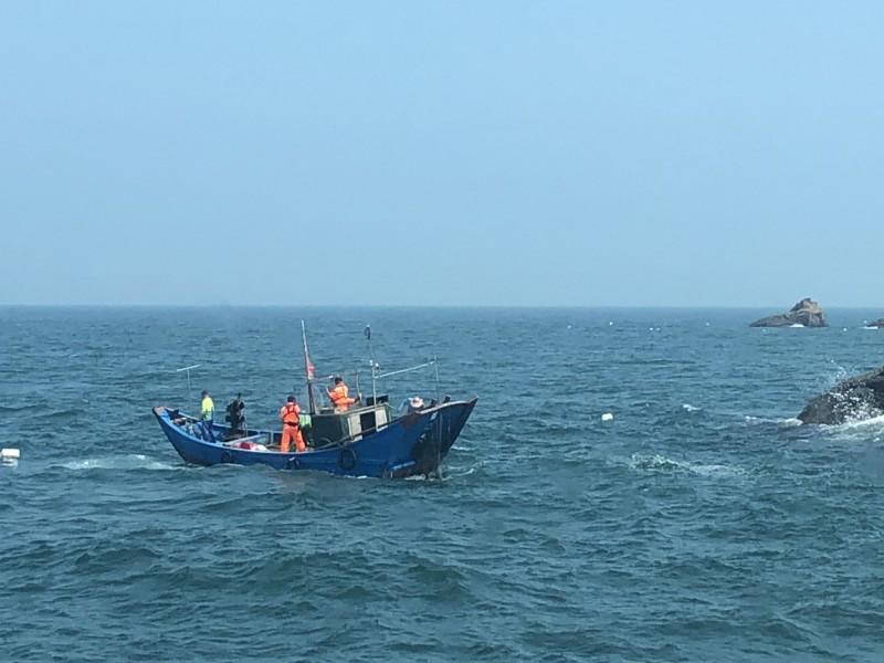 馬祖海巡隊查獲1艘中國籍的無名漁船越界捕魚。(馬祖海巡隊提供)