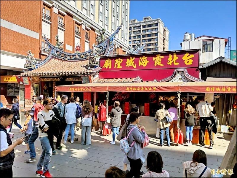 台北市霞海城隍廟在中元節推出「寵物靈」超渡,讓民眾可以為家中過世的寵物進行祈福。(資料照)