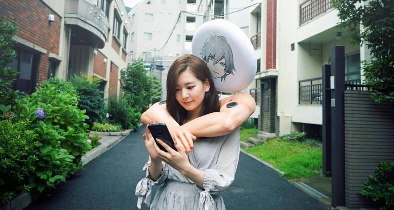 宣傳網站提到,使用者可以將自己套入雙臂,享受被環抱的感覺。(圖擷取自otome-yusha網站)