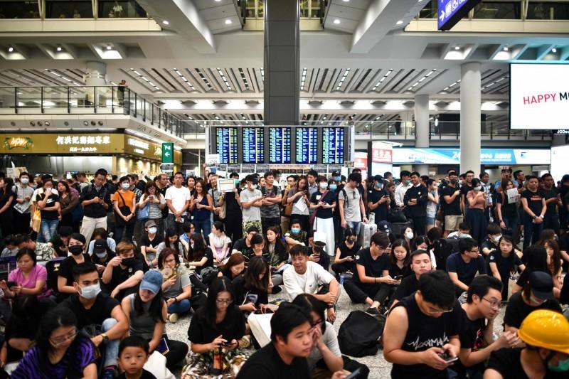 香港民眾支援聲浪不斷,示威者26日在赤鱲角機場舉行「和你飛」集會,向旅客傳達反送中理念。(法新社)