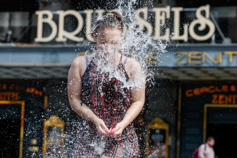 近日來歐洲遭逢今夏第2波熱浪,多國皆創下史上最高溫。圖為比利時民眾利用街上的噴泉消暑。(歐新社)