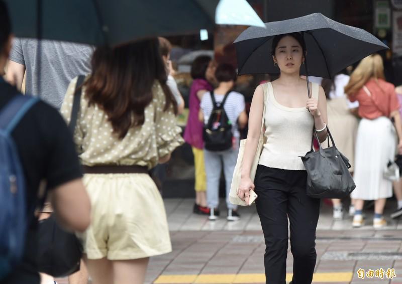 中央氣象局提醒,明(28)日沒下雨時較為悶熱,各地高溫約32到35度,各地山區、西半部平地可能午後降雨時間較長,甚至出現豪雨。(資料照,記者簡榮豐攝)