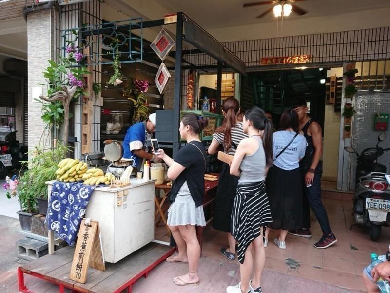 本月6日高雄觀光節中,一名韓粉楊姓婦人因不滿高雄在地香蕉煎餅店家響應霸免市長韓國瑜活動,眾目睽睽下大罵「去死吧」。圖為廣德家煎餅店。(圖擷取自廣德家臉書)