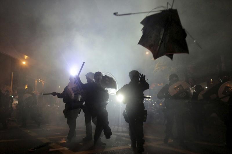 港媒報導,香港警方今「囤重兵」,出動3000名警力戒備,也直擊元朗市區人心惶惶,市民如驚弓之鳥。(美聯社資料照)