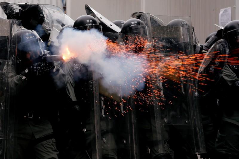 香港政府今日派出警察朝民眾發射催淚彈。(路透)