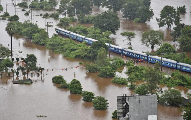 印度當局收到通知後,派出陸海空軍、鐵路保護部隊、孟買警察和國家災害響應部隊進行救援。(美聯社)