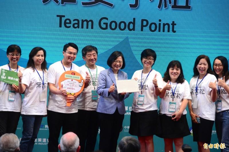 總統蔡英文出席總統盃黑客松頒獎典禮 ,頒發得獎團體。(記者王藝菘攝)
