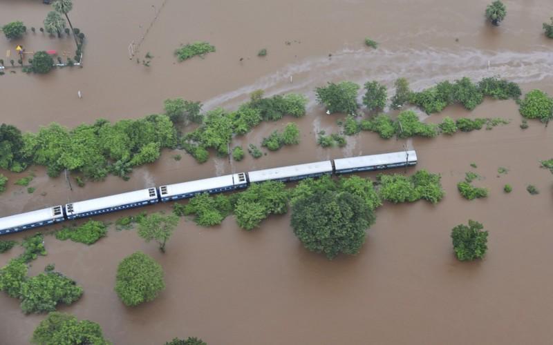 印度一班火車被困在暴雨中,無法前行。(美聯社)