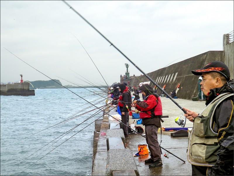 行政院經協商敲定,全台漁港與商港確定劃定逾50個區域可合法釣魚,不少第一、第二類漁港與多處商港都名列其中;圖為已開放垂釣的八斗子漁港。(資料照)
